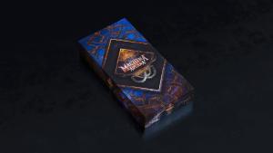 Eine blaue Spielschachtel auf dunklem Hintergrund